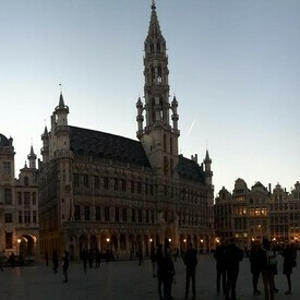 Picture of the Grand-Place in Brussels at night.